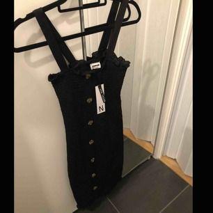 Helt ny klänning med lapp kvar! Storlek XS. Frakten är inräknad i priset! Nypris ligger på 549kr.  Jätte fin klänning 😍