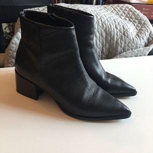 Säljer mina kCobler boots från Scorette, inköpta i augusti för 1.400kr. Använda vid ett tillfälle och säljes pga används tyvärr inte. Möts gärna upp i stockholm annars står köparen för frakten på 95kr :)
