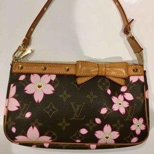 Louis Vuitton x Takashi Murakami Cherry blossom collection. Säljs inte längre i deras LV lager. Köparen står för frakt:)  Uppdatering: Drog av 100kr (original pris 1000kr) för att väskan saknar date codes:)