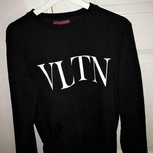 Sjukt snygg Valentino tröja i unisex. Strl medium, använd max 3-4 gånger! Ser som ny ut