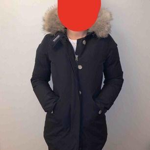 Jag säljer min Woolrich jacka! Den är i superfint skick och är köpt på NK i Göteborg. Jackan är mörkblå och i storlek S. Nypriset är 7000kr och jackan är som ny och kvitto finns även kvar. Vid snabb affär kan priset diskuteras