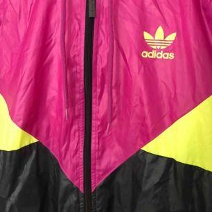 Supersnygg vindjacka från Adidas. I nyskick! Kan skickas på post eller mötas upp i Stockholm! 🧡🌸
