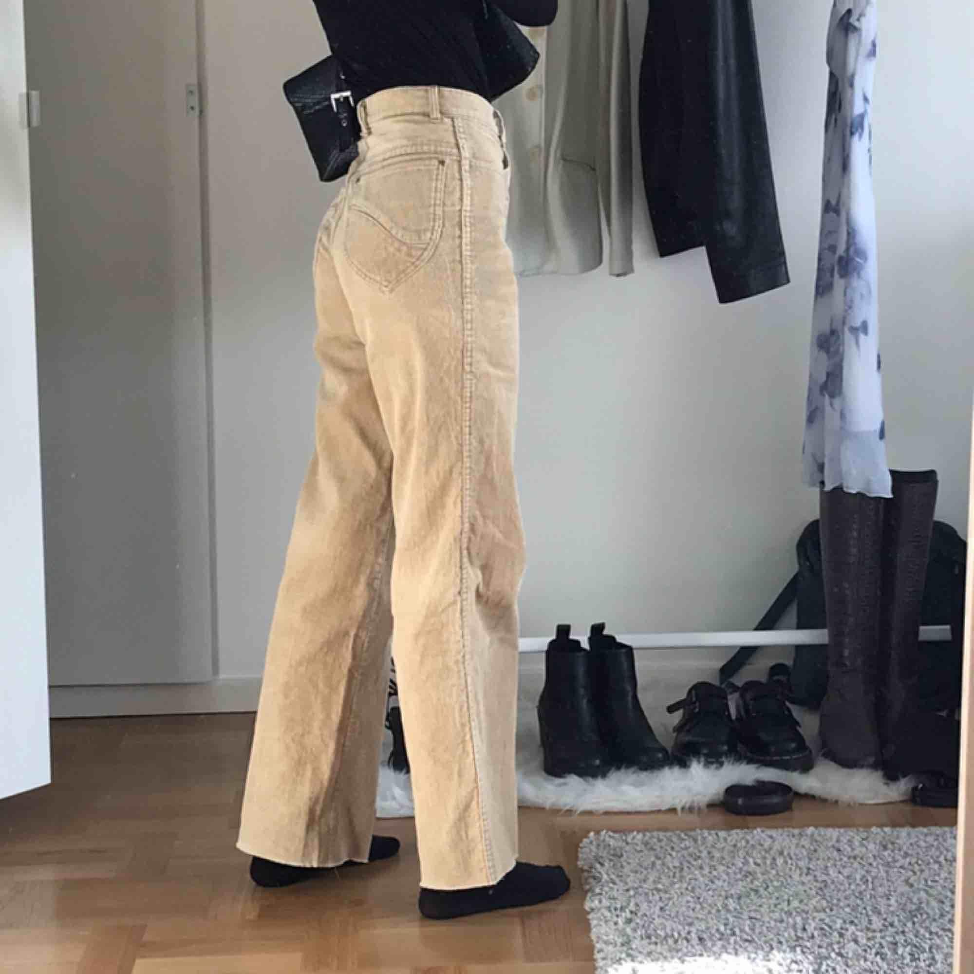 Grymma manchesterbrallor! Väldigt högmidjade, raka, vida o avklippta längst ner 🥰 Köparen står för frakten. Det är VÄLDIGT många intresserade och högsta budet just nu är 280kr! . Jeans & Byxor.
