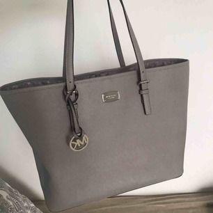 Michael Kors väska i storlek large  Fick som present därför finns inget kvitto men väskan är äkta 👍 Ljusgrå  Ingen dustbag tyvärr  Pris kan diskuteras vid snabb affär!