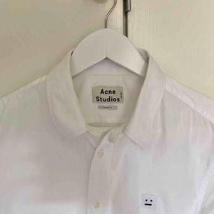 Fin Acne Studios skjorta i modell Jeffrey Pop F, med ikoniska face-loggan. Storlek 50, dvs ca L. Fraktar naturligtvis men kan också mötas upp i Uppsala.