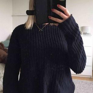 Kabelstickad tröja från Hunkydory. Mörkblå i färgen och dragkedjor på sidorna. Fint skick!