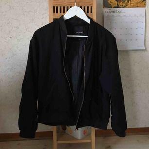 Bomberjacka från monki med brons/koppar detaljer. Jackan är i använt skick, fästet till en av knapparna har lossnat på ena fickan. Annars inga större fel🍁