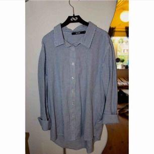 Superfin skjorta från Bikbok med vikbara ärmar.