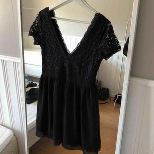 🎉 FRAKTEN INGÅR 🎉 Aldrig använd klänning som bara blivit liggandes i garderoben! Superfin till både fest och vardags. Samma v-ringning i fram som i bak ☺️