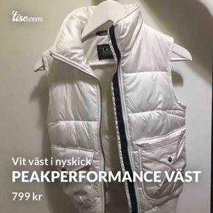 En ny fräsch vit väst från peakperformance som var köpt i fel storlek och säljer därför! Jätte fin och bekväm för höst!