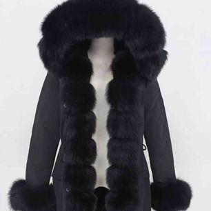 Använt jackan en vinter Storlek XS/S Pälsen är lite sliten vid armarna på undersidan annars är den i väldigt bra skick.