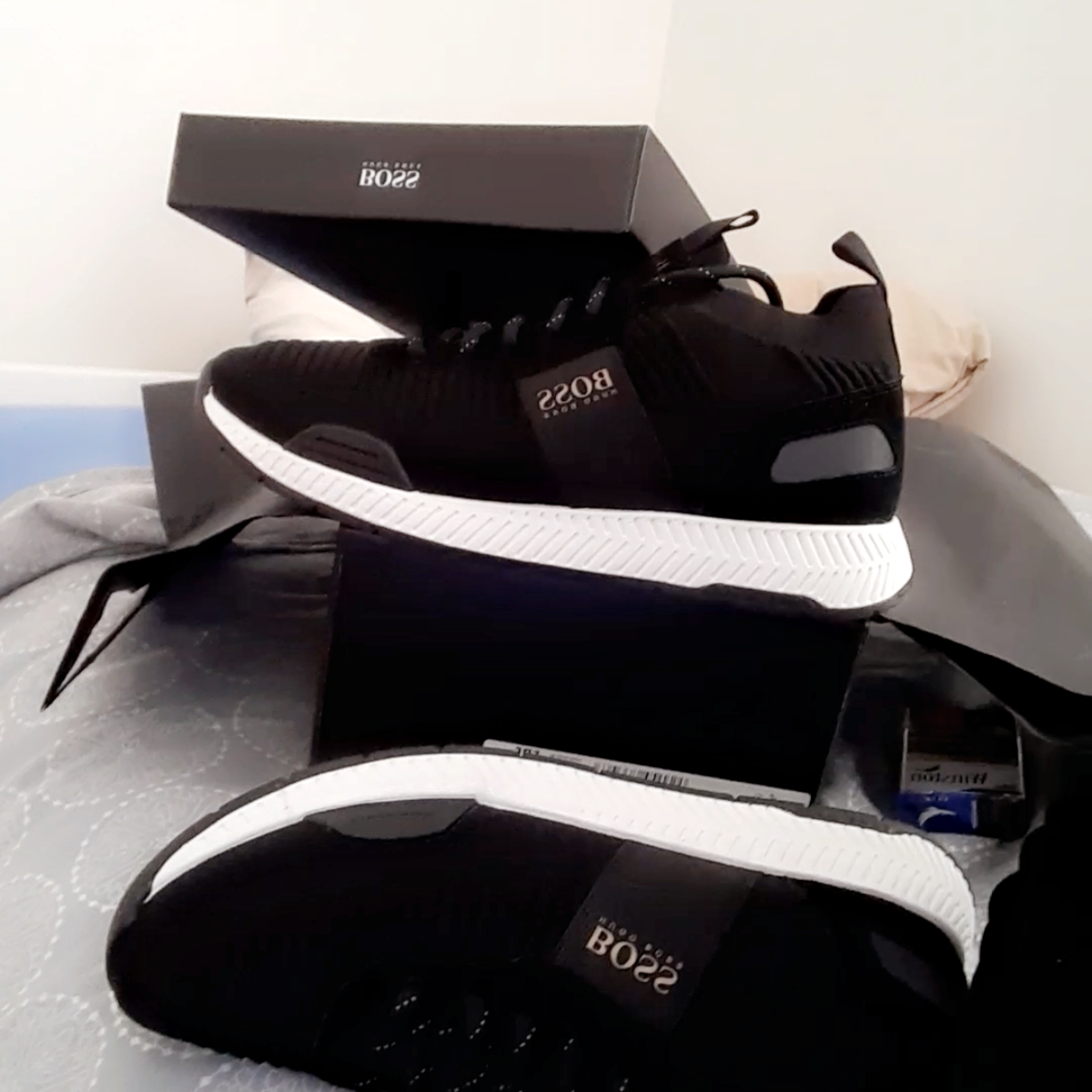Helt nya hugoboos skor som är storlek 42 Herr. Jag vill sälja de för att de är lite för små för mig kvitto finns. Skor.