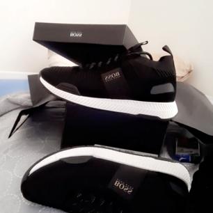 Helt nya hugoboos skor som är storlek 42 Herr. Jag vill sälja de för att de är lite för små för mig kvitto finns