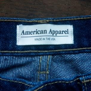 Priset är inräknad ca 70kr. Dessa är använda en gång och är i superbra nyskick. De är mörkt jeans med hög kvalitet. Estimerar att de passar strl 32 eller 34. Jag har S och de är för små!   Någon fråga är det bra sätt skriva! 🌻