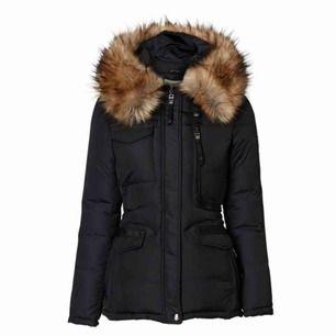Endast använd en vinter och är i nyskick inget fel med jackan eller annat även äkta päls som då är det som höjer priset jämfört med en som har fejkpäls (kan köpas utan pälsen) köptes för 4499kr