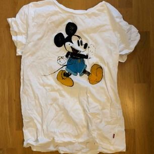 skitsnygg t-shirt från Levis!! Köpt för nått år sen o helt ok använd. Som andra bilden visar är mickey mousse märket ganska slitet, var lite slitet när jag köpte tröjan så det är mest stilen liksom. St M men passar en S bra osså, lagom oversized :))