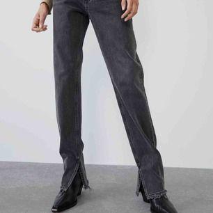 Långa jeans från zara med slit nedtill, jag är 174 och de är perfekt längd. Bättre bild kan skickas privat. Köpare betalar frakt lär ligga på ungefär 40kr