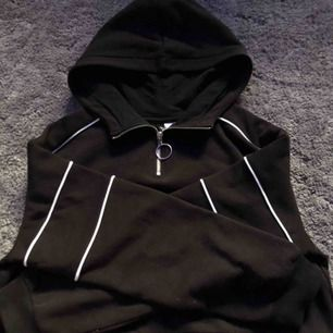 Häftig svart cropped hoodie!⭐️ Jätte mysig och jätte fin🌸 Används ej! (Köparen står för frakten) 💫