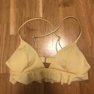 säljer gul bikiniöverdel från H&M. endast använd en gång då den är för liten!