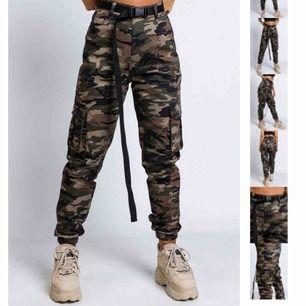 """Nypris 499kr. Bilderna från hemsidan visar färgen bäst. Från madlady. Storlek small. Bra skick. Camouflage cargobyxor. """"killin it dark camo"""" är modellen. Dom är högmidjade😍"""