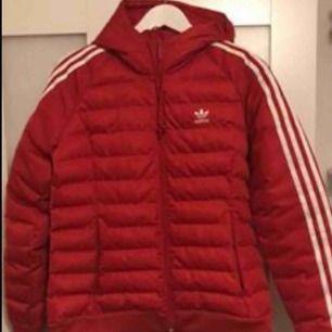 Adidas jacka som bara är använd förra vintern några fåtal gånger och den är som ny. Ordinariepris är 999kr. ✨