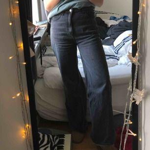 Säljer mina snyggaste jeans då jag tyvärr beställde de i fel storlek. De är såå snygga i höst och vinter och otroligt sköna som passar till allt. Modellen Ace