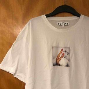 T-shirt från Carlings egna märke STAY. Den är bara använd ett fåtal gånger så skicket är det absolut inget fel på. Själva modellen på tröjan är en aning oversized så man kan säga att den är mer som en XL. 60kr frakt!  (Köparen står för frakten)