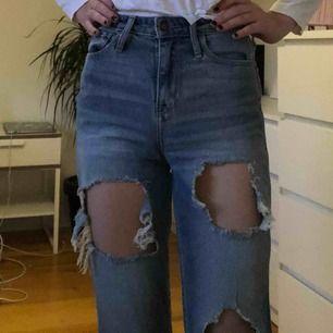 Mom jeans med hål från Hollister. Använda ca 2 gånger men i nyskick. Passar XS och säljer de för 100kr + frakt (ca 50-70kr)
