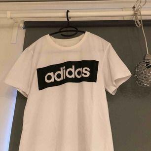 Adidas tröja, står inte vilken storlek men passar S-M. priset är inkl frakt & betalning sker via swish!☺️