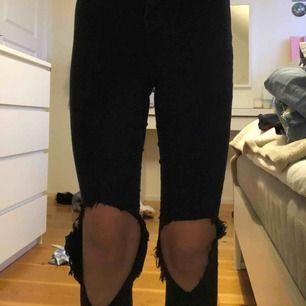 Svarta skinny jeans från Gina. Jag har gjort hålen själv. Storlek XS. Använda ca 5 gånger. 50kr + frakt (ca 30-50kr)