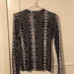 ormmönstrad tröja köpt för 400kr på carlings! använd 2 gånger och är i bra skick, däremot några trådar som sticker ut vid halsen men som såklart går att klipp bort!