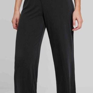 Vida svarta byxor från vero moda, kan skickas med bild på! priset är inkl frakt & betalning sker via swish!☺️