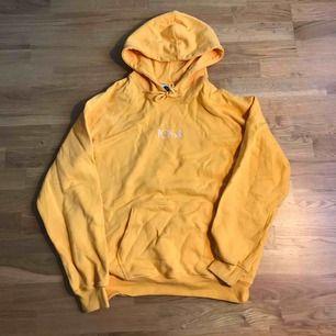 Gul hoodie från polar skate! Använd väldigt fåtal gånger! I mycket bra skick!