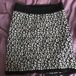 Leopardmönstrad stickad kjol från boomerang.