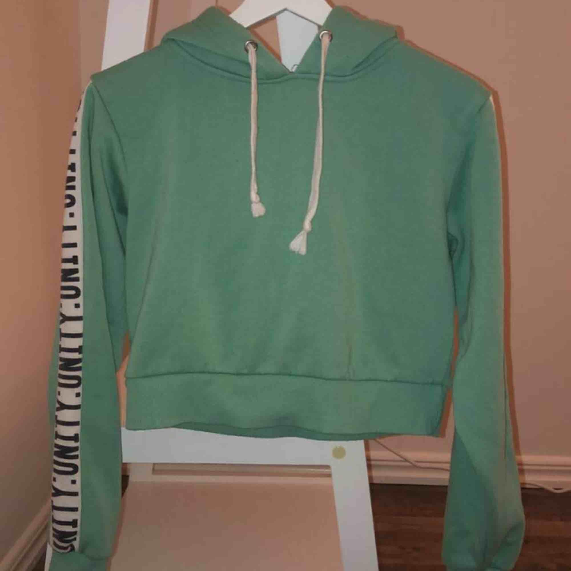 Hoodie från Bik Bok storlek xs. Frakt tillkommer på 59 kronor. . Huvtröjor & Träningströjor.