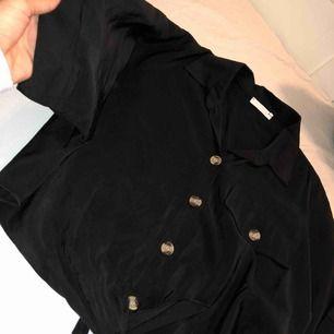 Supersöt t-shirt aktig tröja i skjort material. Använd en gång och köptes för 199 kr!   Du står för frakten.