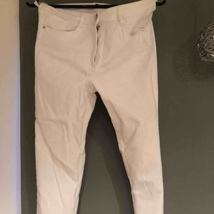 Vita kortalång byxor,  priset är inkl frakt & betalning sker via swish☺️