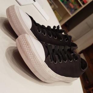 Väl använda Converse, men nycket fint skick. Helt nytvättade, finns även vita (oanvända) skosnören till dom. Köparen står för frakten.