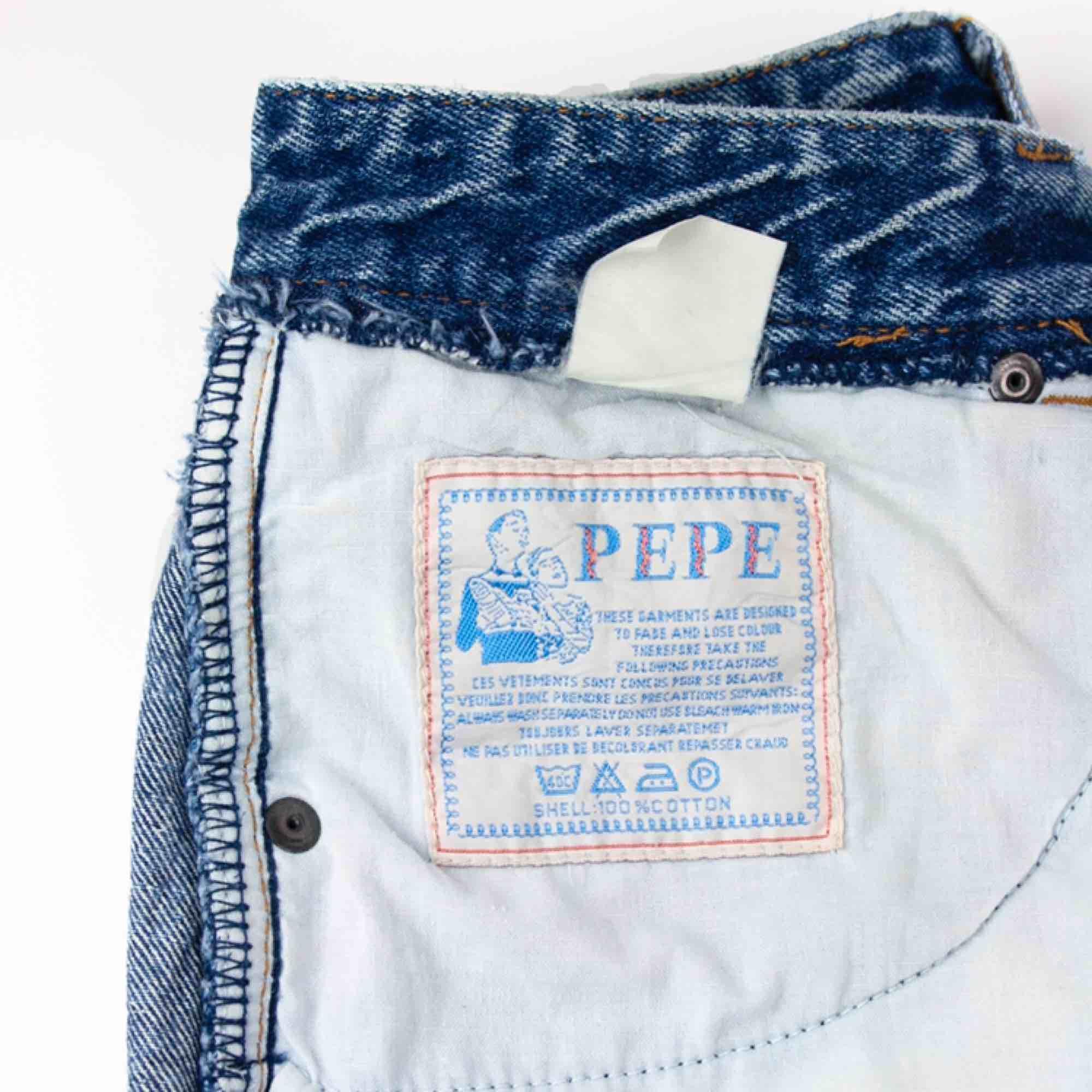 Vintage 90s acid wash high waist denim cut off shorts in blue SIZE Label missing, fit best XS-S Model: 161/S Measurements (flat): inseam: 19 waist: 34 cm/ 13.4