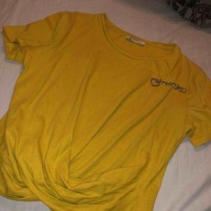 Fin t-shirt som kan formas lite som en magtröja, beroende på hur lång man är.