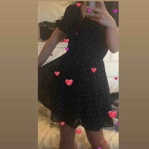 Söt klänning med hjärtan på köpt på en secondhand, passar jätte bra med en polo under✨🦋