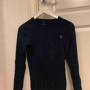 En mörkblå kabelstickad tröja från gant som är sparsamt använd. Frakt tillkommer⭐️