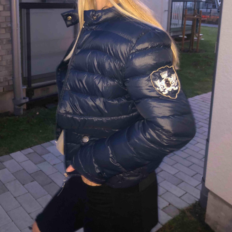 Mörkblå dunjacka från Vannucci i fint skick, storlek 36 (passar även 34) Perfekt nu i höst/vinter!🍁❄️ Nypris:1700kr Lite frakt kanske tillkommer, tar bara swish! :). Jackor.