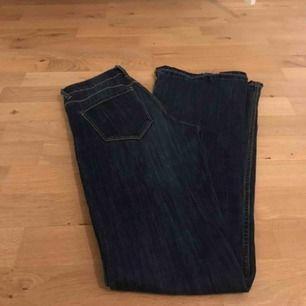 Mörkblåa low rise bootcut jeans som sitter superbra! De är storlek 36 men passar även 34 Köpare står för frakt
