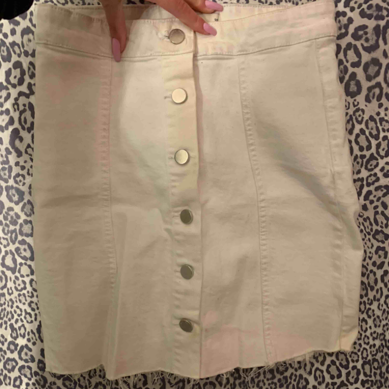 Vit jeanskjol från Gina Tricot med knappar fram. Använd 1 gång så fint skick! Väldigt skön och stretchig. . Kjolar.