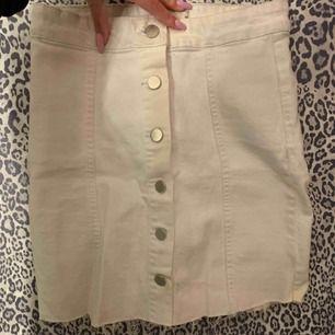 Vit jeanskjol från Gina Tricot med knappar fram. Använd 1 gång så fint skick! Väldigt skön och stretchig.