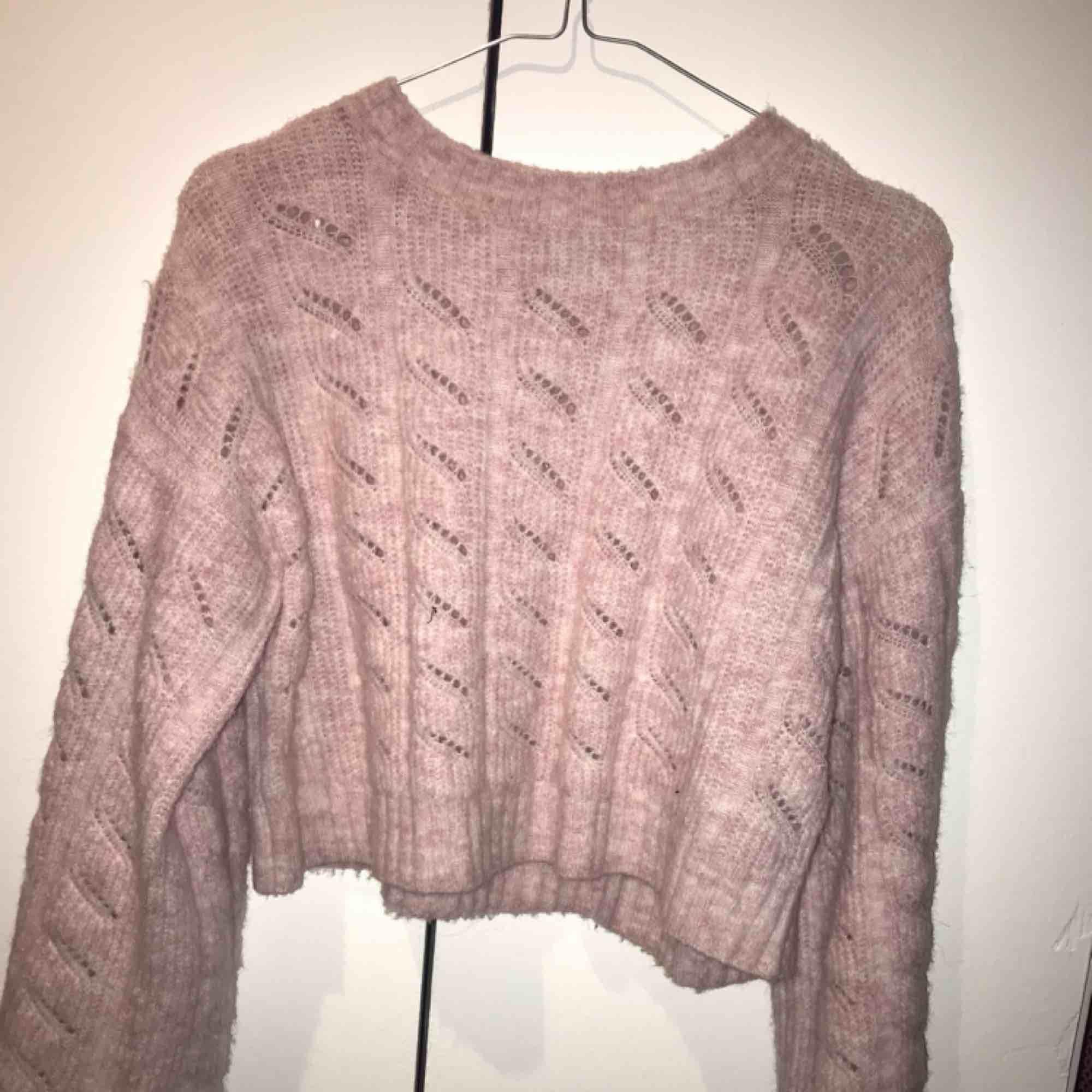 Rosa stickad, croppad tröja från Topshop. Väl använd men i bra skikt. Frakt tillkommer!. Stickat.