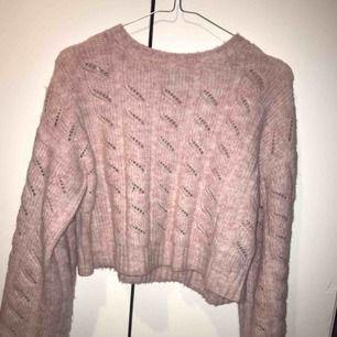 Rosa stickad, croppad tröja från Topshop. Väl använd men i bra skikt. Frakt tillkommer!