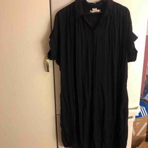 Klänning/tunika-skjorta i randig struktur. Fint skick. H&M LOGG. Upphämtning i Göteborg och Falkenberg. Annars tillkommer frakt.