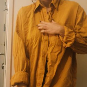 Orange skjorta i manchester